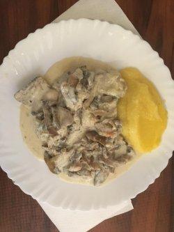 Pulpă dezosată cu ciuperci și smântână