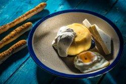Mămăliguță cu brânză, smântână și ou