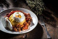 Tochitură moldovenească cu mămăliguță, brânză și ou