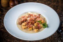 Supă Cremă de Conopidă și Cartofi cu Fulgi de Bacon
