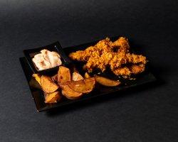Crispy de pui cu cartofi prăjiți și sosul casei image
