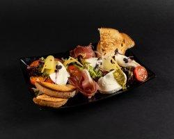 Salată caprese cu mozzarella/Caprese salad with mozzarella image