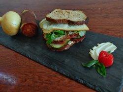 Sandwich cu salam de casă