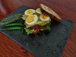 Sandwich cu ou și avocado