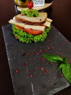 Sandwich vegan cu humus si tofu