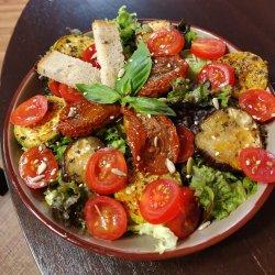 Salată vegană cu roșii uscate și legume la grătar
