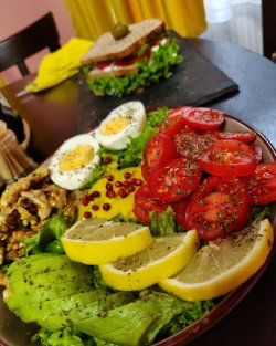 Salată cu ou si avocado