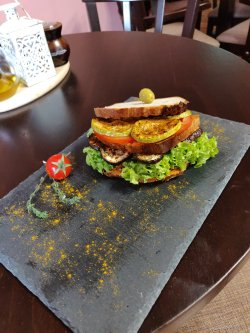 Sandwich vegan cu pastă de roșii uscate și dovlecei la grătar