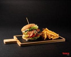 Burger de vită cu sos tartar, caș, bacon și cartofi de casă dublu prăjiți image