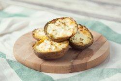Cartofi umpluți cu brânză de capră și ceapă verde