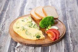 Omletă cu broccoli și zucchini
