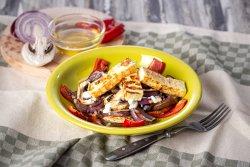 Salată cu legume la grătar și brânză Halloumi