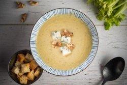 Supă crema de țelină cu apio, nuci și gorgonzola