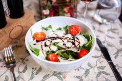 Insalata di rucola, parmigiano e pomodorini image
