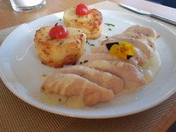 Piept de pui cu cartofi gratinaţi și sos de brânzeturi