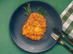 Șnițel pui în bechamel cu cartofi prăjiți și salată de varză albă image