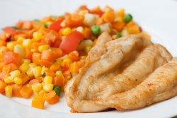 Piept de pui pe plită + garnitură și salată la alegere image