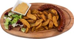 Cârnați afumați la grătar cu cartofi wedges