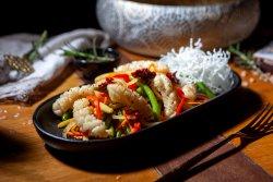 Calamar stir&fry cu legume proaspete și sos picant image