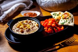 Hummus cu harissa și salată de roșii image