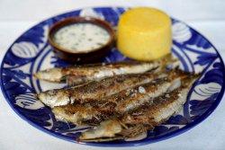 Sardine cu mămăliguță și mujdei de usturoi image