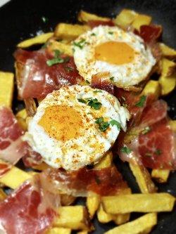 Ouă sparte cu jamón & cartofi prăjiți image