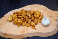 Cartofi wedges cu usturoi