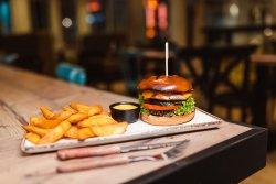 Burger de pui cu Cartofi wedges și sos Cheddar image