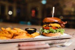 Burger de vită cu Bacon, Ceapă Crocantă, cartofi wedges și sos Barbeque image