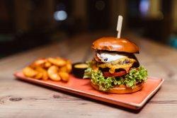 Burger de vită maturată de Uruguay, cu Bacon, Ou Prăjit, cartofi wedges și sos Barbeque  image
