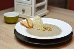 Supă cremă de ciuperci cu biscuite de parmezan