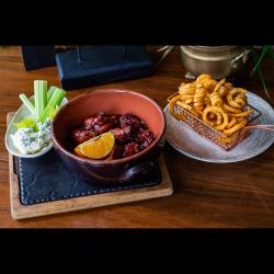 Aripioare în sos de barbeque cu cremă de brânză și cartofi spiralațI image