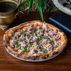 Pizza cu file de ton șI ceapă aromată image