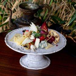 Platou cu brânzeturi și fructe image