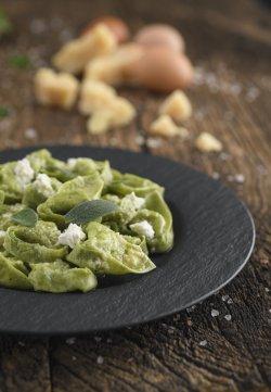 Tortelloni cu extract de spanac, umplutură de ricotta și spanac condimentati cu unt topit și salvie image