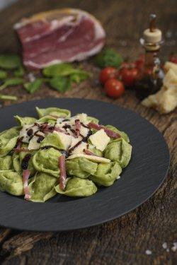 Tortelloni cu extract de spanac, umplutura de ricotta si spanac condimentati in stil vecchia Modena image