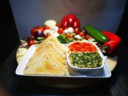 Humus libanez cu boia dulce, pătrunjel și pâine toast