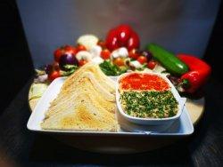 Humus libanez cu boia dulce, pătrunjel și pâine toast image