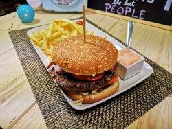 Hamburger cu bacon, cartofi prăjiți și sos american