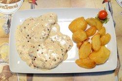 Cotlet de porc în sos de piper roșu și cartofi aurii