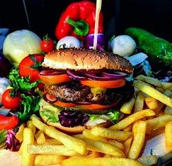 Hamburger cu cartofi prăjiți și sos american