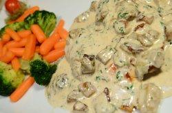 Piept de pui în sos de hribi cu broccoli și morcovi baby trași la tigaie