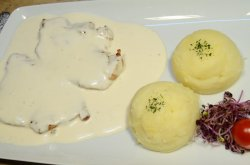 Cotlet de porc în sos de vin și cartofi piure