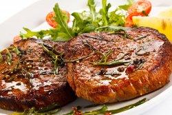 Cotlet de porc mare, cartofi prăjiți si salată de varză