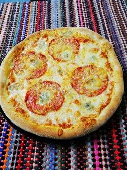 Pizza Quattro Fromaggi cu salam picant image
