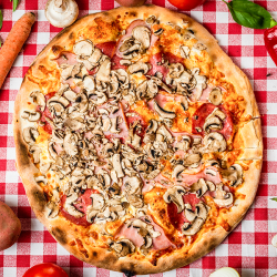 12. Pizza Prosciutto Funghi Salami medie