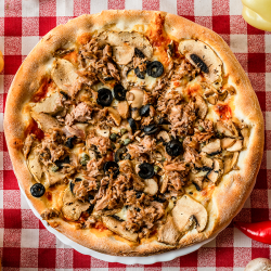 23. Pizza Tonno e`Aglio medie
