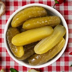 8. Salată de castraveți murați