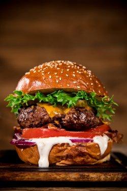 Clasic Burger + cartofi prăjiți +  sos de maioneză cu usturoi image