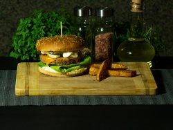 Burger din carne de vită la grătar pe jar